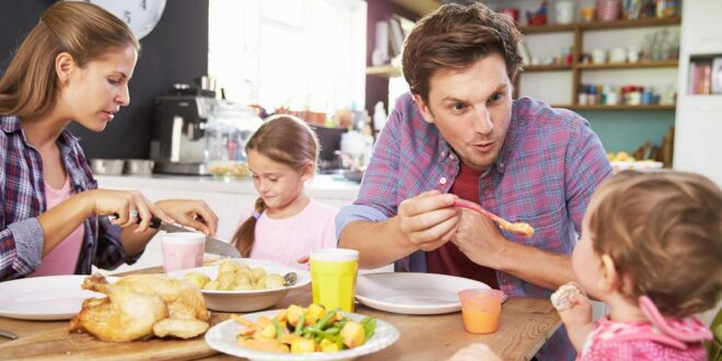 eating-together-fmily-child-foods